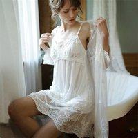 Sexy Mousse Sleep Wear White Dress Lace Bordado Deep V Backless Malha Ver através das mulheres Lingerie Banho Robe Sexy Wedding Use T200110
