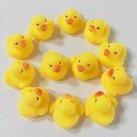 Venta al por mayor 100 unids Baby Bath Water Duck Juguete Mini Patos amarillos de caucho flotante con niños Sound Niños Ducha Natación Playa Jugar Juguetes Set C106