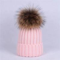 Atacado Beanie New Winter Caps Bone Women Bonnet Engrossar Gorros com Real Raccoon Pompoms Pompons Quentes Caps Pompon Beanie Frete Grátis