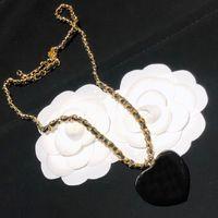 Collares de diseño de lujo Peach Heart Colgante acrílico Collar clásico Cadena de cintura para mujeres Regalo superior con caja