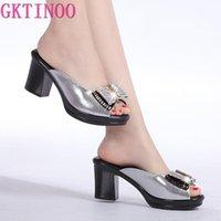 Dress Shoes Donne Sandali Pantofole Pantofole in vera pelle Strass Strass Blocco a tacco alto Blocco a tacco alto Decorazione aperta Toe T057