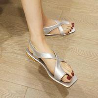 Sianie Tianie 2021 شيك الصيف الذهب والفضة - حزام- حزام الترفيه إمرأة الصنادل المسطحة مشبك الأحذية امرأة الوجه يتخبط زائد الحجم 34-43