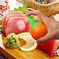 도매 2pcs / 세트 부엌 레몬 분무기 신선한 과일 주스 감귤류 스프레이 오렌지 주방 요리 도구 주스 짜내 queeze 스프레이 CFDH1013