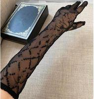 Мода Черный Тюль Перчатки для Женщин Дизайнер Дамы Письма Печать Вышитые Кружевные Рубрика для Женщин Тонкая партия Перчатки 2 Размер