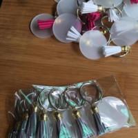 Creative KeyRing 4cm Disque vierge avec tennissures vinyle en daim en daim de 3 cm Disponible à disque en acrylique clair monogrammé Tassel Keychain de Noël