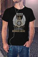 Erkek T-Shirt İtfaiyeciler Tee İtfaiyeci T Gömlek İtfaiyecisi, Bunker Dişlisinin Siyahı Giyen Bir Adamın Gücünü Asla Hoşgeldiniz
