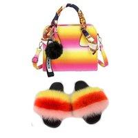 Pantoufles arc-en-ciel Diapositives et sacs à main Femmes Chaussures de fourrure vraies avec des sacs à main assorties moelleux