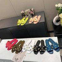 새로운 탑 가죽 디자이너 여성 평면 슬리퍼 패션 대형 황금 리벳 섹시한 숙녀 슬라이드 샌들 패션 노새 신발