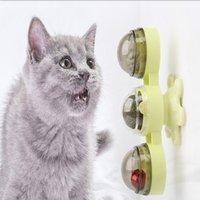 Gatito gira los juguetes de la bola de la menta de los juguetes del gato del gato.