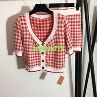 2021 Mujeres Girls Knit Suéter Sweeter Tops Tops Cardigan + Pantalones cortos con letras a cuadros Bordado Vintage Runway Stretch Viscosa de dos piezas Set