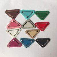 Triángulo multicolor de bricolaje de bricolaje Accesorios para el cabello con sello de metal de cuero triángulo letra DIY haciendo accesorios al por mayor