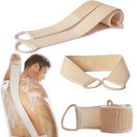 Novo banheiro doméstico depois de limpar a escova de banho de toalha depois de esfoliante em ambos os lados da massagem de cuidados com a pele do corpo Products