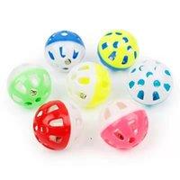 Pet Toys Pollow Plastic Pet Cat Красочные шариковые игрушки с маленьким колокольчиком Robable Bell голос пластиковый интерактивный мяч щенок играет игрушки OWE8163