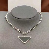 2021 женские мужские роскоши дизайнерские ожерелье цепи мода ювелирные изделия черно-белый треугольник подвесной дизайн вечеринка серебряный хип-хоп панк мужчины ожерелья имен
