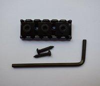 Un set dado per chitarra elettrica regolabile cromata a 42,5 mm per ponte Tremolo con cromo e colore nero
