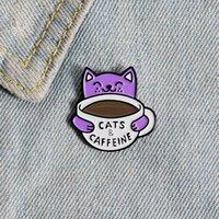 Dibujos animados creativo púrpura gato bebiendo café divertido broches lindo carta de esmalte de esmalte de animales broche de aleación para niñas de mezclilla de mezclilla Insignia de joyería Bolsa de regalo Accesorios