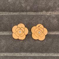 Toptan Basit Siyah Kırmızı Beyaz Çiçek Küpe Mektuplar 18 K Rose Altın Gümüş Saplama Küpe Boyutu L M S Kulak Çiviler Kadınlar Düğün Parti Takı