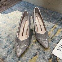 드레스 신발 봄 2021 컬렉션은 캐주얼 여성의 발 뒤꿈치, 라인 석 파티 신발 및 스틸 레토 신부 들러리를 특징으로합니다.