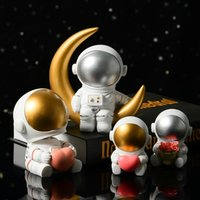 US Stock Hot 2021 Creative Resin Space Astronaut Ornaments Desk Mjuk Outfit Studio Bookcase Modern Home Valentine's Day Present