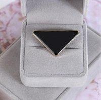 2021 Vente chaude Triangle de métal Broche Broche Lettre Pin Accessoires de mode Haute Qualité Hommes et Femmes Vêtements Pin boucle Livraison gratuite