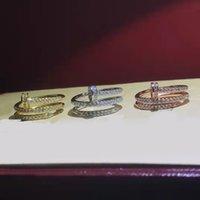 Moda di design con pietre laterali piena rhinestone anello per unghie tre colori disponibili uomini e donne Same stile coppia regalo di nozze gioielli