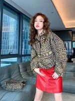 Los chaquetas de las mujeres imprimen el grano de leopardo es una capa de carga con capucha de manga larga holida, moda y moderna teñida y en madera.