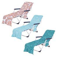 Toalla de la cubierta de la silla de la playa de la playa de verano con la toalla de la piscina al aire libre de la piscina al aire libre de la piscina al aire libre de la piscina al aire libre de la piscina del sol