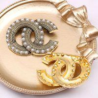 Klassieke Mode Merk Designer Design Dubbele Brief Goud Zilver Broche Dames Pearl Rhinestone Broche Pak Laple Pin Mode-sieraden Accessoires