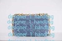 Los bolsos de lujo en los bolsos de diseño se pueden usar en el hombro o en diagonal a través de la solapa para abrir y cerrar con una hebilla de perilla. Bolsas de cuero de alta calidad con caja.