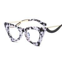 고양이 눈은 얼굴을 훑어 보았습니다 자기 제작 된 선글라스는 성격 패션을 보여줍니다
