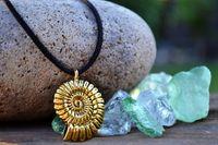 Sjöjungfru halsband, guldskal på svart läder, ammonit fossil