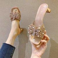 Weibliche Schuhe Glitter Folien Damen Hausschuhe Schmetterlingsknoten Quadratische Ferse Niedrig Mode Frauen Heels 2021 Gelee Sommer Block Luxus