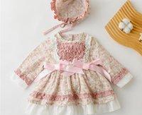 2021 Осенние Детские девушки Цветочные напечатанные платья Детские кружевные полые вышивка рюмки ленты луки принцессы платье + шляпа 2 шт. Устанавливает младенческий 1-й день рождения одежда Q0310