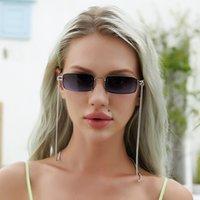 النظارات الشمسية مصمم مع سلسلة للنساء أزياء نموذج سيدة صغيرة الحجم مستطيل إطار العلامة التجارية في الهواء الطلق تصميم الكمبيوتر