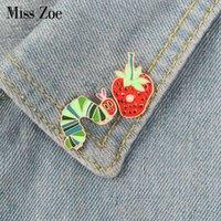 Badge Strawberry Caterpillar Email Cartoon-Anlage Tier Brosche Revers Pin Denim Jeans Hemd Tasche lustig Nette Jude