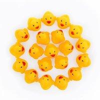 Venta al por mayor 100 unids Baby Bath Aguas de agua Mini Patos de goma amarillos flotantes con hijos de sonido Ducha Natación Play Play Juego de juguete 119 Z2