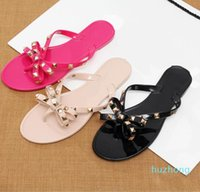 Commercio all'ingrosso-2019 Fashion Bow V Flip flops Stud Shoes Shoes Shoes Summer Rivets Pantofole perizoma sandali nudi