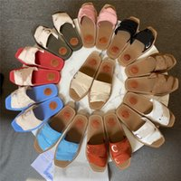 2021 Pantoufles rétro Lettre Sandales Sandales Chaussures TLES Véritable Cuir Casual Casual Dames Dames Pantoufles Été Été Extérieur Beach Loafer Parti Fête Fashion Femmes Chaussure