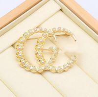 20 kleuren klassieke merk designer ronde dubbele letter goud zilveren parel ketting broche vrouwen parel strass brief broche pak pin mode-sieraden accessoires
