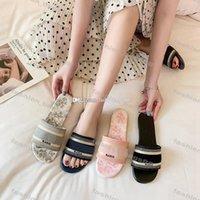 Pantoufles de broderie à la dame en plein air Plage à fond plat Paris Femmes Slipper Luxurys Designers Été Sandales paresseuses Chaussures Round Tee Slip