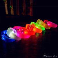 음악 활성화 된 사운드 컨트롤 LED가 깜박이는 팔찌 빛을 깜박이는 팔찌 밴드 클럽 파티 바 응원 벡터 빛나는 손 반지 글로우 스틱 3003182