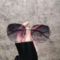 النظارات الفاخرة مضلع النظارات أزياء المرأة صافي شخصية حمراء عازمة الساق نظارات الشمس الإبداعية