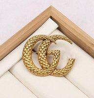 유명한 클래식 골드 G 브랜드 럭셔리 데저 브로치 여성 라인 석 편지 브로치 정장 핀 패션 쥬얼리 의류 장식 고품질 액세서리
