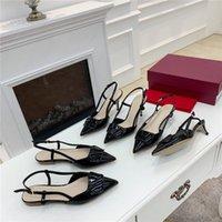 2021 디자이너 여성 샌들 플랫 하이힐 송아지 가죽 버클 뾰족한 발가죽 슬리퍼 슬리퍼 플립 플롭 광택 특허 가죽 샌들 고양이 힐 스타일리스트 신발 FALT 4cm 7cm