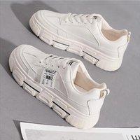الأحذية البيضاء المألوفة هي للبيع هذا العام، كاسوا المرأة، أحذية رياضية كبيرة الحجم