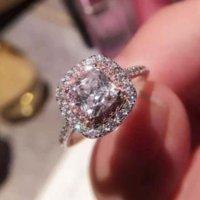 전체 다이아몬드 마이크로 인감 광장 핑크 인공 다이아몬드 반지 여성의 과장된 결혼 반지 장식