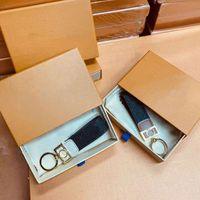 Chaîne de clé de haute qualité avec boîte Accessoires de luxe Boucle amoureux de voiture Porte-clés de fleur de fleur à la main Cuir Keychains Hommes Femmes Sacs Pendentif 2 couleurs