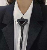 4 colores para hombre mujeres diseñador corbatas moda cuero cuello corbata arco para hombres damas con letras de patrón de piel piel color sólido corbatas