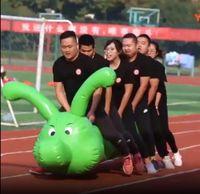 Interessanti giochi sportivi puntelli gonfiabili caterpillar corse corpo intelligente attività intelligenti di sviluppo team team