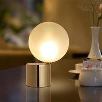 Lampy stołowe Nordic Glass Ball Mosiądz Światło LED do salonu Sypialnia nocna studium Desk Lampa Nowoczesne Wystrój Domu Oprawy